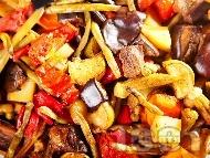 Постен тюрлю гювеч без месо с патладжани, тиквички, чушки, картофи, зелен боб (фасул) и бамя в йенска тенджера (стъкло)